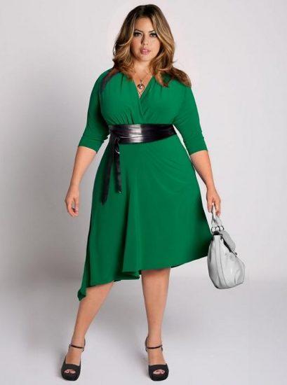 Полная девушка в зелёном платье с запахом