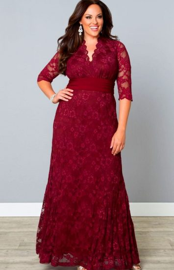 Девушка в бордовом кружевном платье