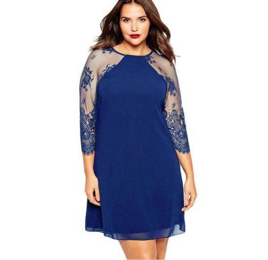 Девушка в синем платье с кружевными рукавами