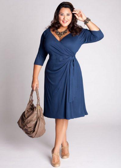 Полная девушка в синем платье