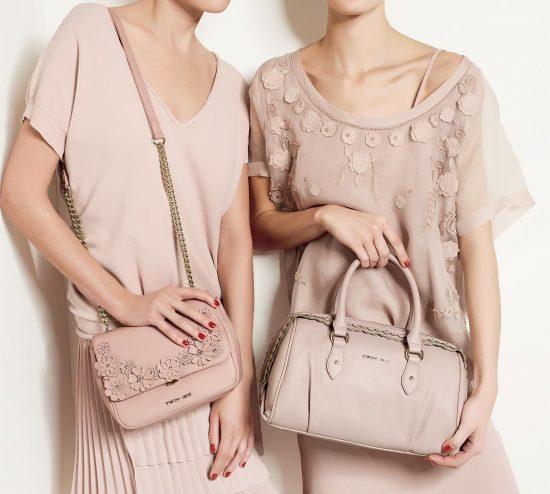 Платья и сумочки пудрового цвета