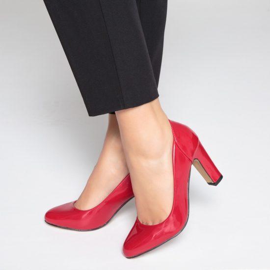 Девушка в лакированных туфлях