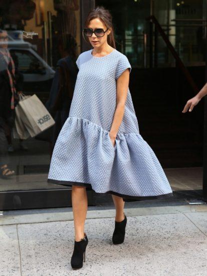 Виктория Бекхэм в платье оверсайз