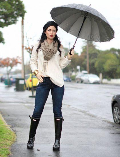 Девушка в резиновых сапогах с зонтом