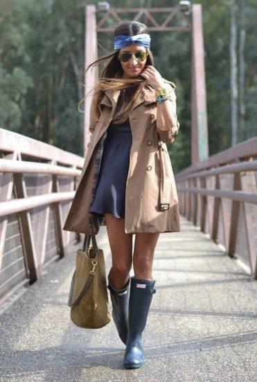 Девушка в платье и резиновых сапогах