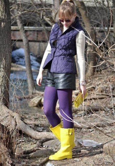Девушка в жёлтых резиновых сапогах