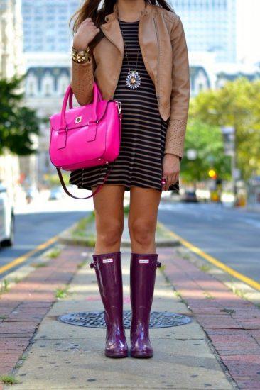 Девушка в фиолетовых резиновых сапогах
