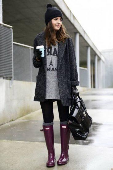 Девушка в резиновых сапогах фиолетового цвета