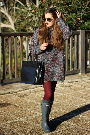 Девушка ф длинном свитере и резиновых сапогах