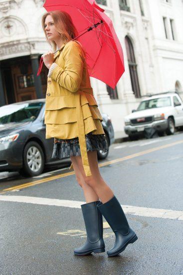 Девушка в резиновых сапогах и с красным зонтом