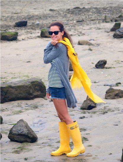 Девушка в резиновых сапогах жёлтого цвета