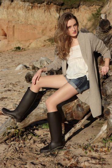 Девушка в резиновых сапогах и шортах