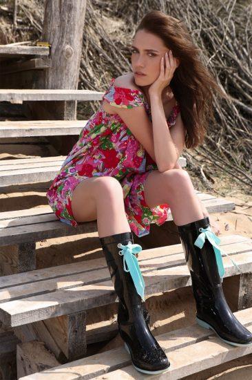 Девушка в летнем платье и резиновых сапогах