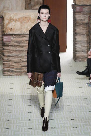Чёрный пиджак на модели