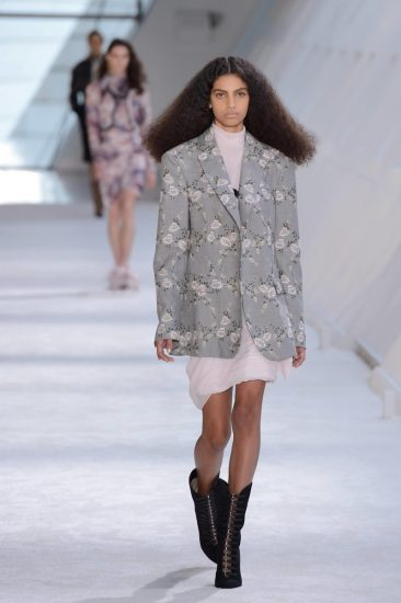 Серый пиджак с цветочным принтом