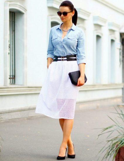 Джинсовая рубашка и юбка из летящей ткани