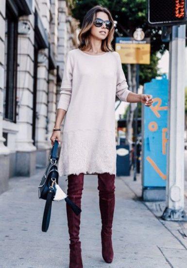 Девушка в светлом трикотажном платье и сапогах