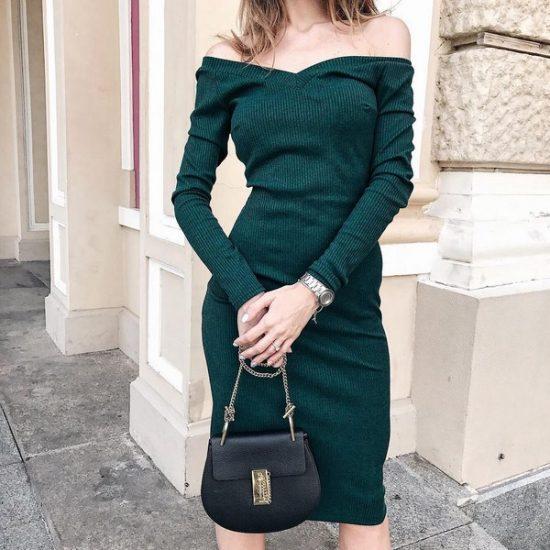 Тёмно-зелёное трикотажное платье с открытыми плечами