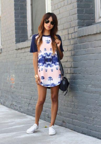 Платье с принтом и кедами