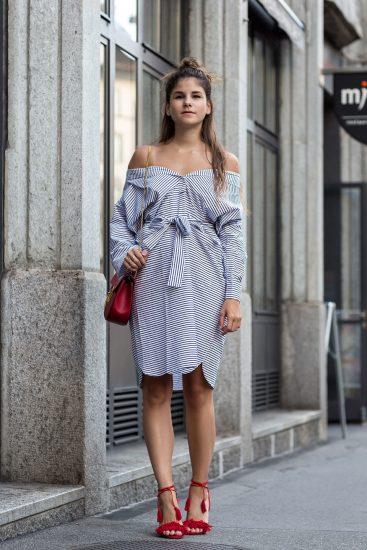Девушка в платье-рубашке