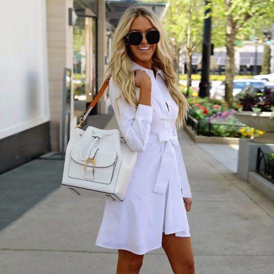 Девушка в коротком платье-рубашке