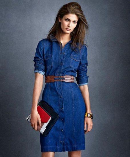 Девушка в стильном платье-рубашке