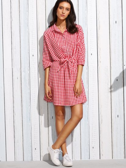Девушка в платье-рубашке в клетку