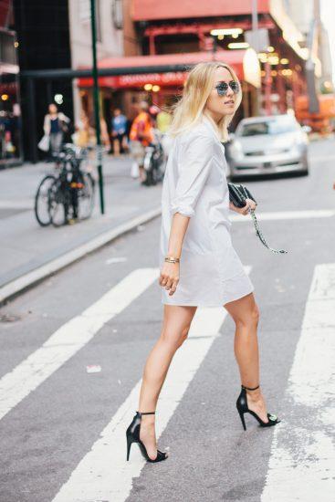 Девушка в светлом платье-рубашке