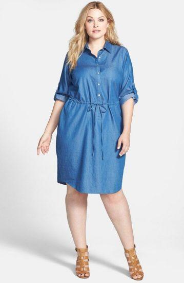 Полная девушка в джинсовом платье-рубашке