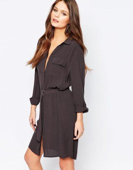 Девушка в платье-рубашке чёрного цвета