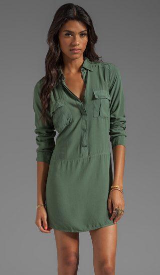 Девушка в платье-рубашке цвета хаки