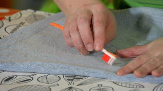 как убрать катышки с одежды с помощью зубной щетки