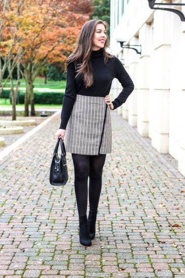Девушка в короткой юбке и бадлоне