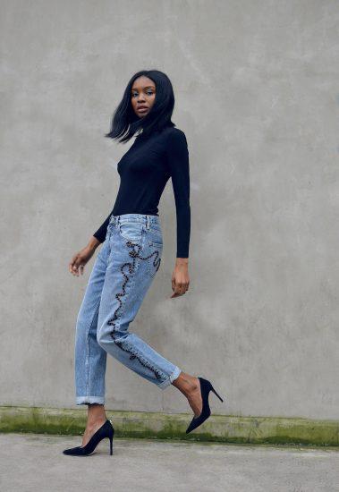 Девушка в джинсах и водолазке