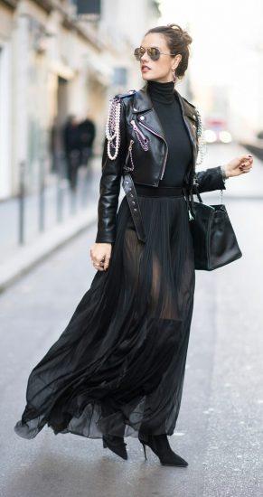 Девушка в кожаной куртке и лёгкой юбке