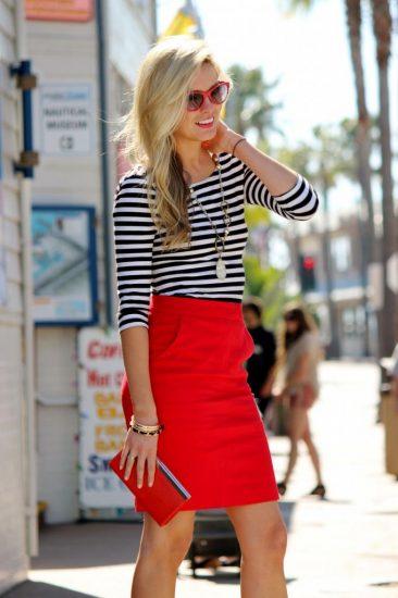 Девушка в красной юбке