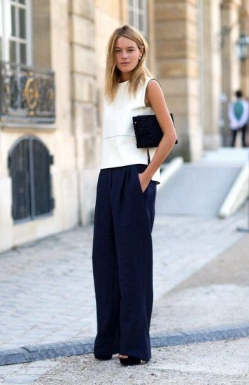 Широкие синие брюки на девушке