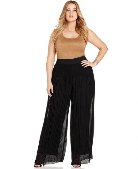 Широкие чёрные брюки на полной девушке