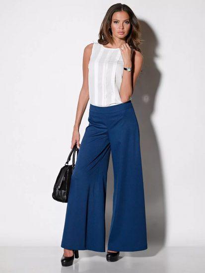 Девушка в синих широких брюках