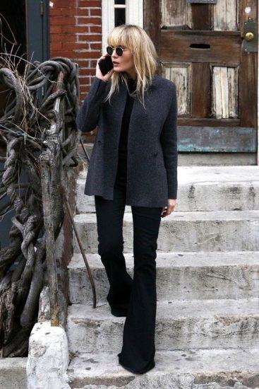 Чёрные брюки на девушке