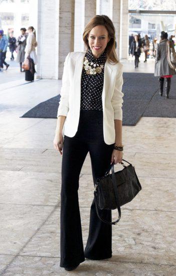 Девушка в чёрных широких брюках