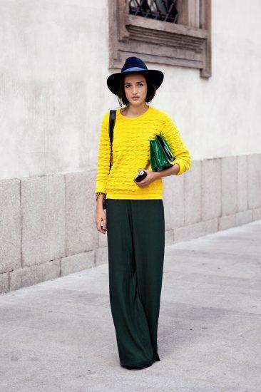 Девушка в широких брюках и жёлтой кофте
