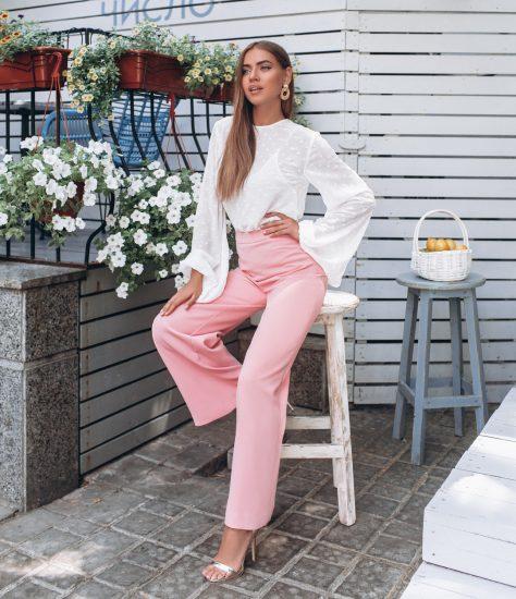Девушка в широких розовых брюках