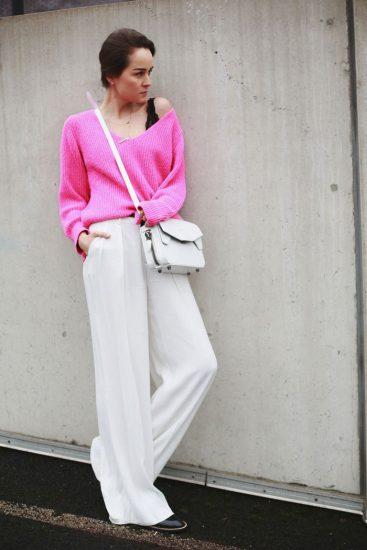 Девушка в белых широких брюках и розовой кофте