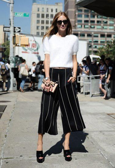 Девушка в широких коротких брюках
