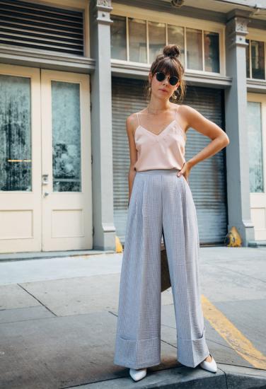 Девушка в широких брюках