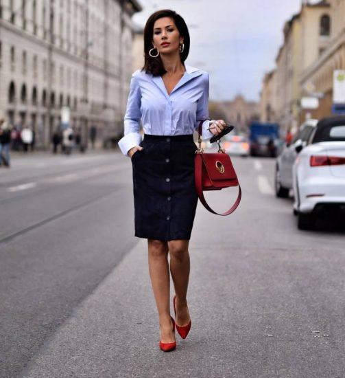 Девушка в юбке-карандаш и блузке