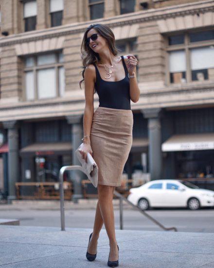 Девушка в юбке-карандаш на улице