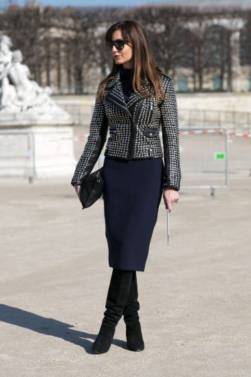 Девушка в юбке-карандаш и кожаной куртке с заклёпками