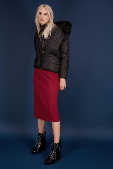 Девушка в юбке-карандаш и куртке